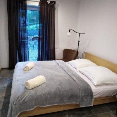 łóżko w pokoju cynamonowym w podgórskiej odskoczni