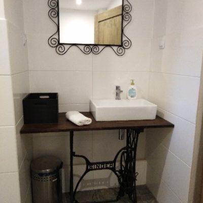 widok na umywalkę w pokoju cynamonowym w Podgórskeij Odskoczni